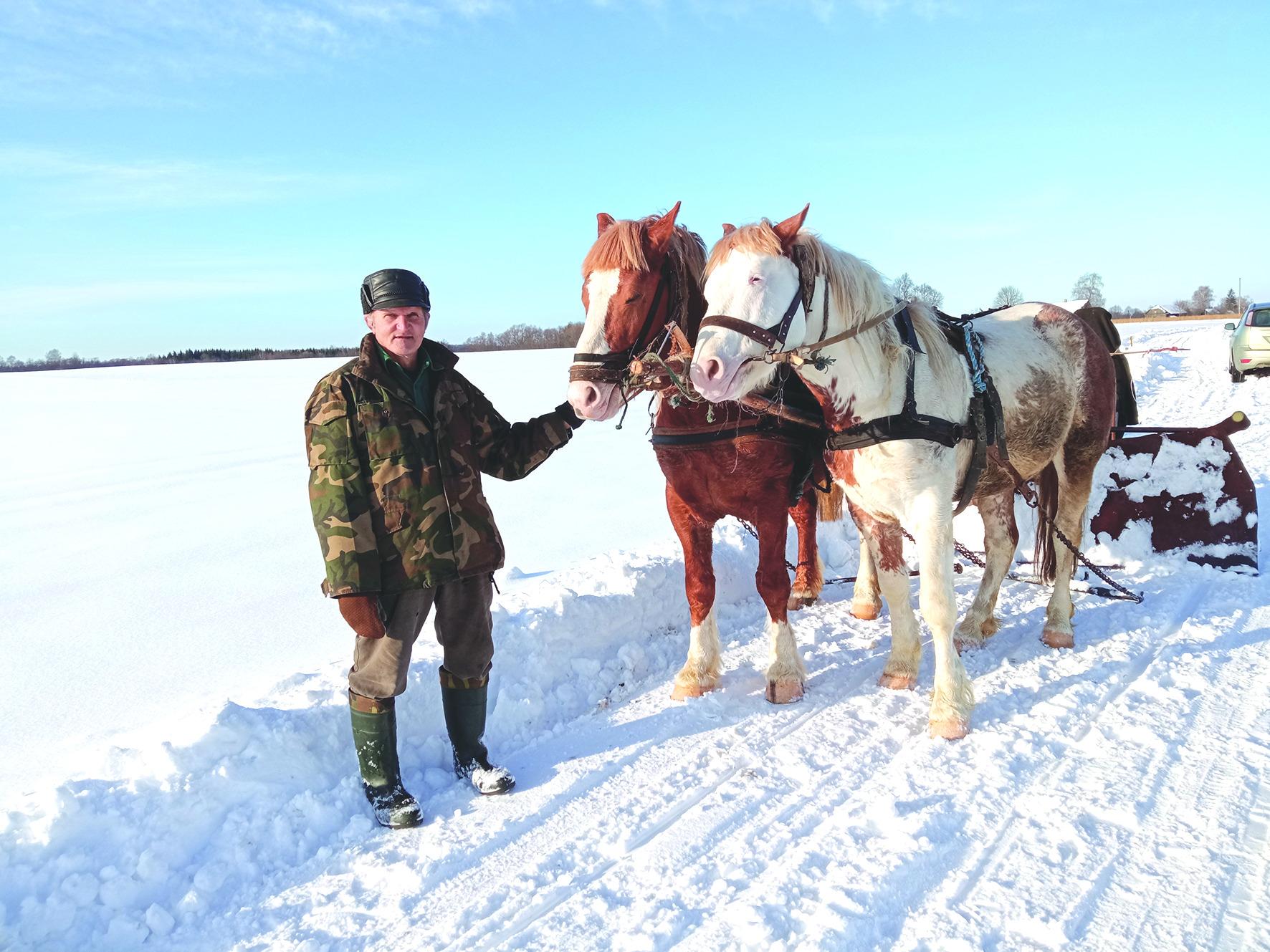 Vyriškis dėsto, kad padedamas arklių atlieka visus ūkio darbus. Jo kieme yra ir dešimtys įvairiausių senovinių padargų, kurie skirti dirbti būtent su arkliais