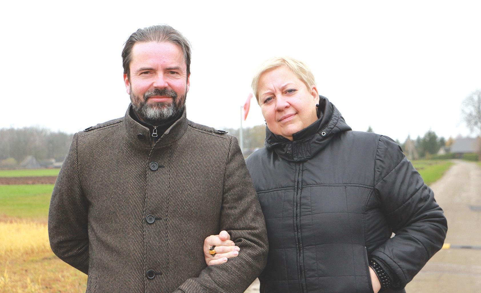 Bartkūniškių kaimo bendruomenės valdybos narys Egidijus Eimontas ir aktyvi bendruomenės narė Inga Liubinienė./Džestinos Borodinaitės nuotr.