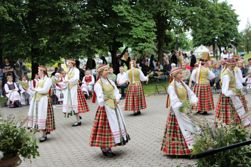 Josvainių kultūros centro merginų liaudiškų šokių kolektyvas (vadovė Genė Regina Dzikienė).