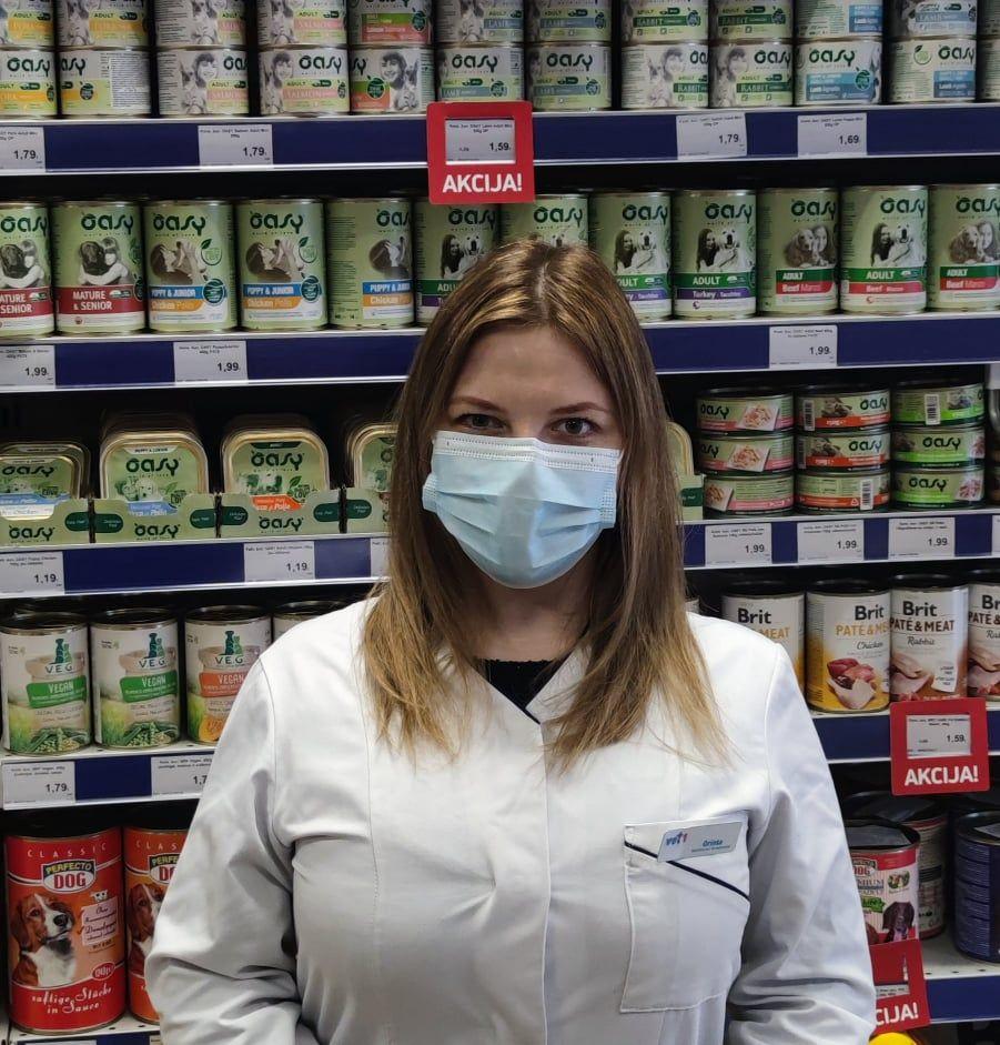 """Veterinarijos gydytoja, veterinarijos vaistinės """"Vet – 1"""" farmacininkė Orinta Krikščiūnienė./Dovydo Paslausko nuotr."""