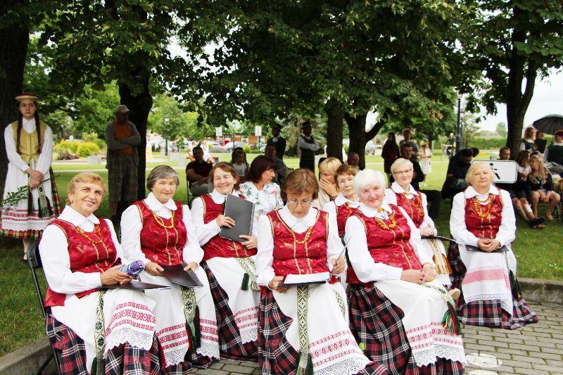 """Josvainių kultūros centro mišrus vokalinis ansamblis """"Josva"""" (vadovas Vytautas Greičius)."""
