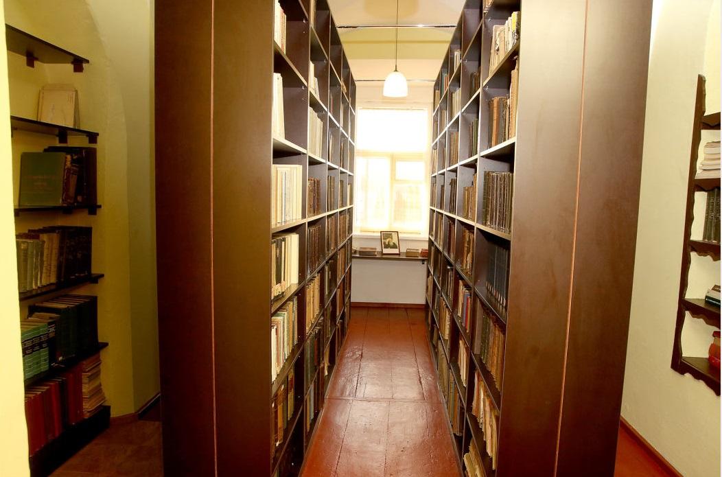Dotnuvos vienuolyno bibliotekoje saugoma per 1 400 knygų grožinės literatūros: lietuvių autorių apsakymai, dramos, monografijos, vaikiškos knygelės, dailės albumai, mokslinė bei filosofinė literatūra.