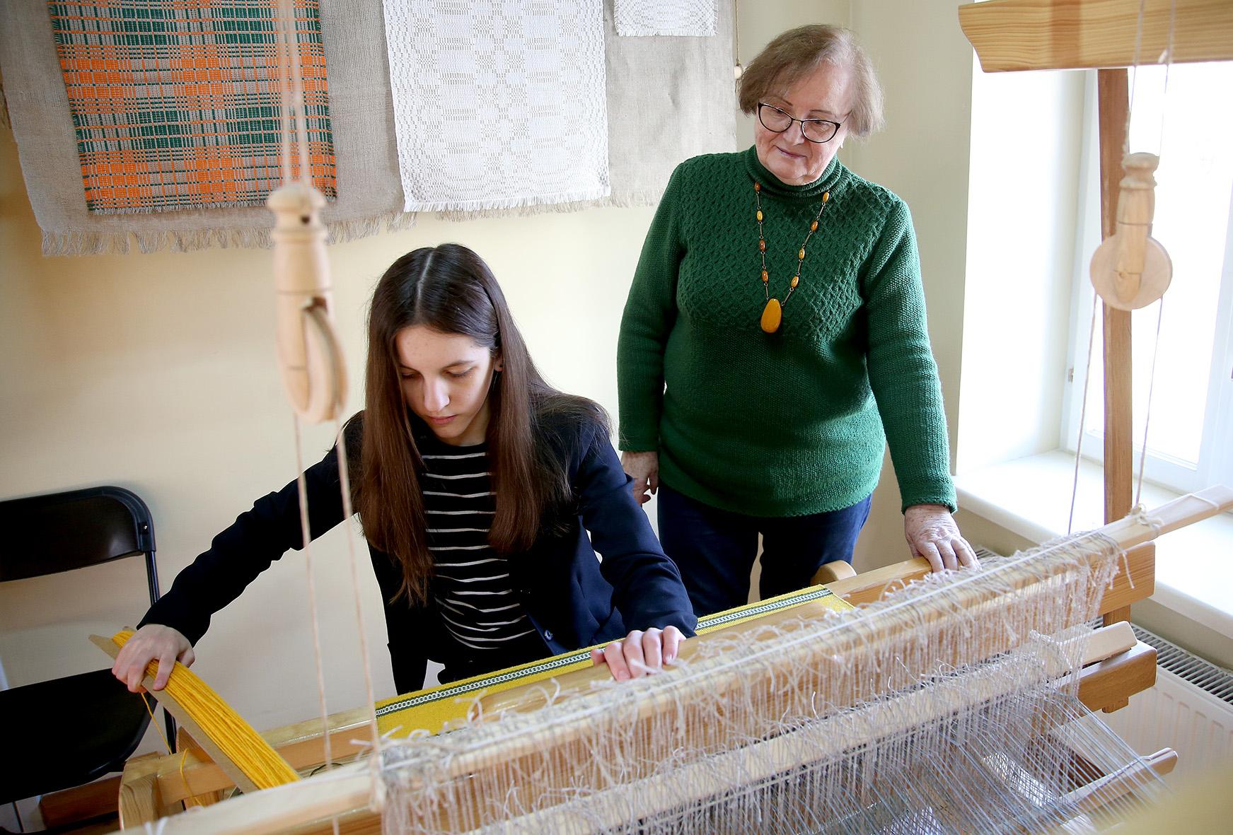Milda Petraitienė audimo amato išmoko iš savo mamos, o dabar, puoselėdama savo turimą patirtį ir taip stengdamasi išsaugoti senąsias mūsų lietuvių tradicijas, įkvepia ir kitus, dažniausiai jaunosios kartos atstovus. A. Barzdžiaus nuotr.