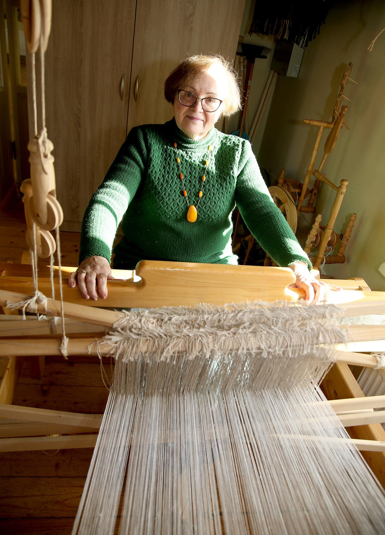 Norėdama patenkinti savo poreikius amatų meistrė visada stengiasi, kad kiekvienas jos rankomis sukurtas darbas būtų kokybiškas. A. Barzdžiaus nuotr.