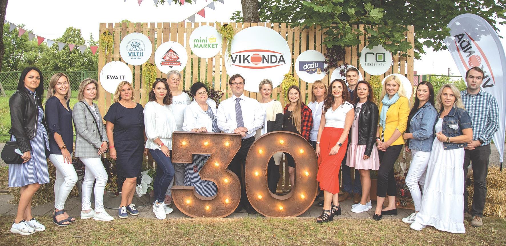 """Lina su kolegomis """"Vikonda grupės"""" 30-mečio šventėje."""