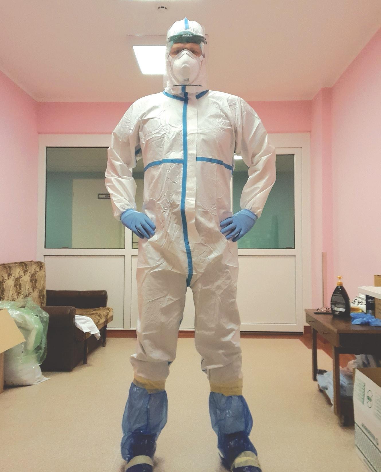 """Paulius Aukštikalnis pripažįsta, kad apsirengus specialiu kostiumu, kurį jis praminė """"kosmonautų kostiumu"""", sunkiausia, kad negali nueiti nei į tualetą, nei vandens atsigerti./Asmeninio archyvo nuotr."""