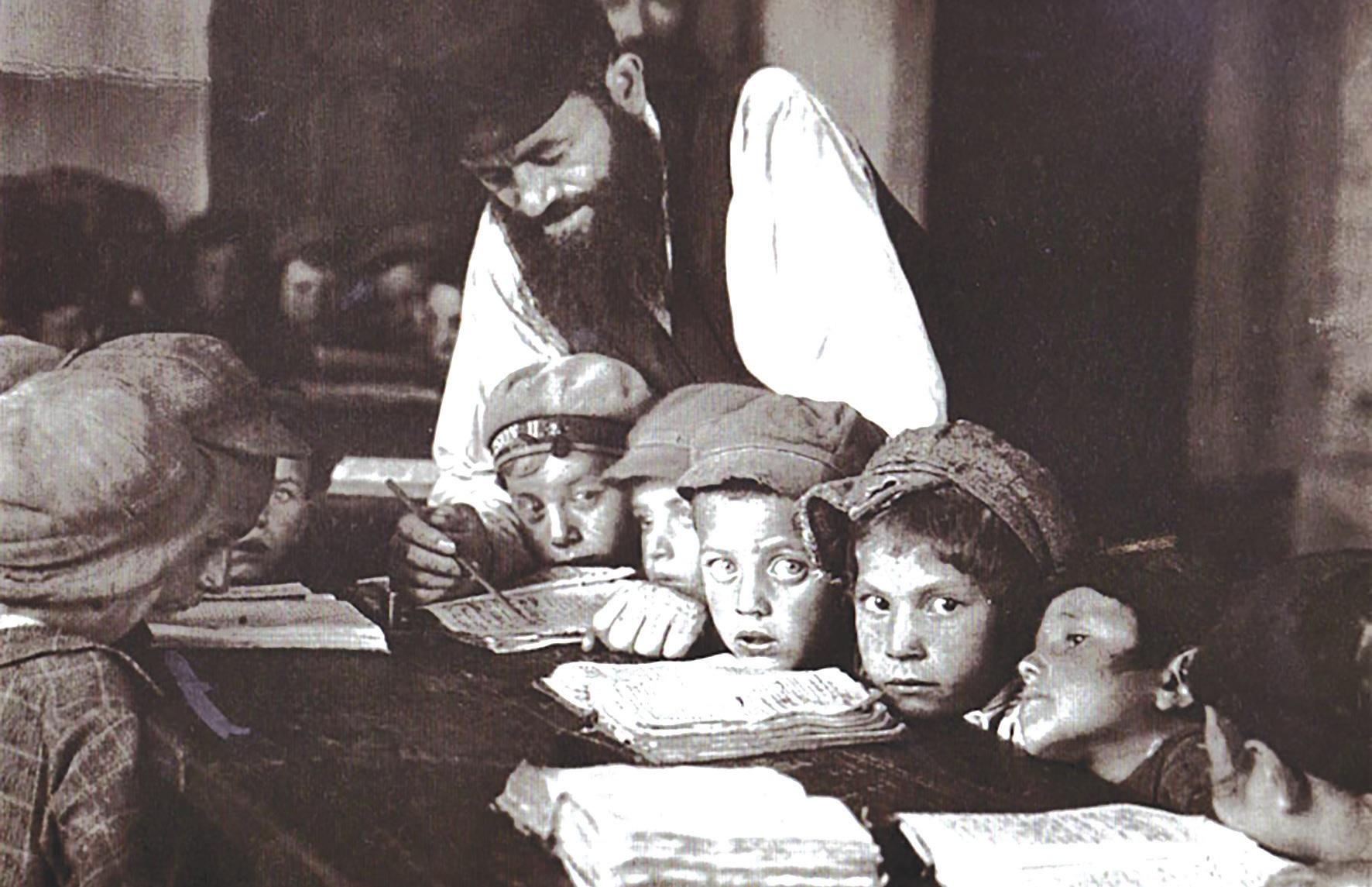 Mokytojas su vaikais chederyje (žydų pradinė mokykla). 1924 m.Fot. Alter Sholem Kacyzne, YIVO instituto fondas