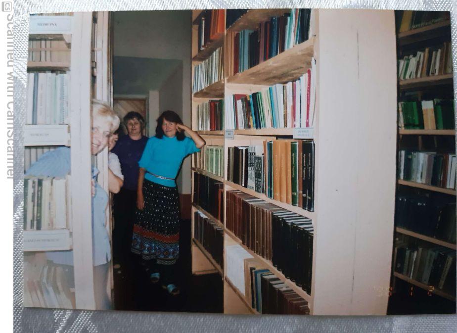 """Danguolė Špokienė: """"Bibliotekos patalpas ir knygas prižiūri savanoriai. Kuomet buvo pertvarkoma religinės literatū- ros bibliotekos patalpa, sumontuotos naujos lentynos, talkino per dvidešimt savanorių."""